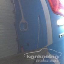 Вмятина на задней части авто синего цвета