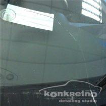 Дугообразная трещина на стекле авто
