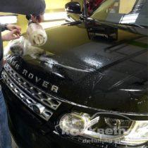 Процесс оклейки пленкой капота Range Rover